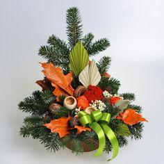 Aranžmán, ktorý má živý čečinový základ, umelé kvety a sušiny. Christmas Wreaths, Holiday Decor, Plants, Home Decor, Decoration Home, Room Decor, Plant, Home Interior Design, Planets