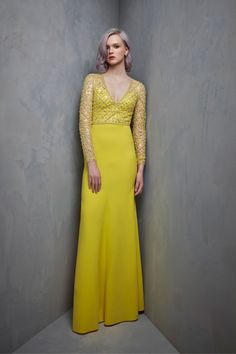 Long sleeves yellow evening gown Jenny Packham Resort 2018 Collection Photos - Vogue