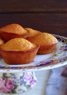 Queques de manteiga e limão   Food From Portugal Sweet Recipes, Cake Recipes, Delicious Donuts, Cupcakes, Desert Recipes, Food Inspiration, Muffins, Deserts, Food And Drink