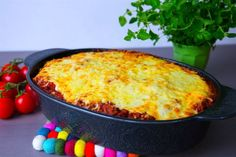 VÄRLDENS godaste pastagratäng som är en blandning mellan spaghetti och köttfärsås och lasagne. Den är extra krämig med extra mycket ost! Underbart god. 6 portioner 400 spaghetti 2 st mozzarella Köttfärssåsen: 400 g färs (kött eller veggofärs) 400 g krossad tomat 400 g passerad tomat 1 gul lök 4 vitlöksklyftor 2 tsk torkad oregano 2 tsk torkad basilika 2 tsk paprikapulver 1-2 tsk dijonsenap (kan uteslutas) 1 msk soja 1 msk balsamvinäger eller socker Salt & peppar Olja till stekning Cremefr...