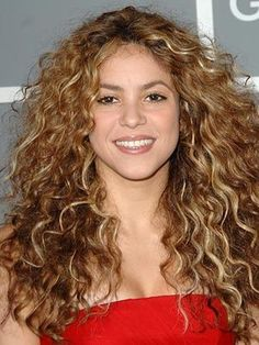 10 Haircut And Ideas For Frizzy Curly Hair--Shakira knows how to work her curls Curly Hair Styles Easy, Thick Curly Hair, Natural Hair Styles, Short Hair Styles, Curly Wigs, Straight Hair, Curly Bob, Wavy Hair, Natural Beauty