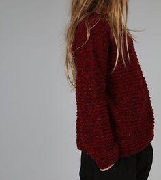 En kul genser som er varm, myk og tøff på en gang. Den tynne ulla gjør den passelig varm inne, samtidig som den isolerer godt under jakken vinterstid. Red Leather, Leather Jacket, Knitting Projects, Pullover, Sweaters, Fashion, Studded Leather Jacket, Moda, Leather Jackets