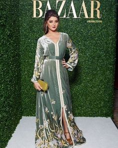 a fabulously fabulous 😍😘😘 lors de l'eve t Morrocan Dress, Moroccan Caftan, Style Oriental, Oriental Fashion, Hijabi Gowns, Kaftan Designs, Arab Fashion, Velvet Fashion, African Dress