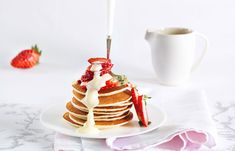 Pancakes mit Erdbeeren und Vanillesauce Pancakes, Breakfast, Desserts, Food, Strawberries, Rezepte, Breakfast Cafe, Tailgate Desserts, Deserts