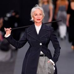 More Monday inspiration 🖤 Iconic #HelenMirren on the catwalk @parisfashionweek #debut . #classylady #styleicon #paris #fashion #brandambassador for L'Oreal bis @telegraphfashion