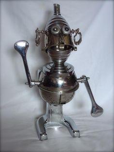 robot métal recyclé presse-agrumes, chocolatière, passoire... # sculpture # robot # métal recycled # presse-agumes #