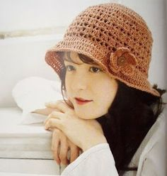 Free crochet cloche brim hat pattern with flower.