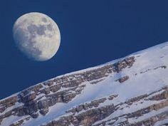 Um fim de tarde em San Vito di Cadore, na Itália, enquanto a lua brilha sobre o Monte Antelao.