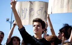 Γράφει ο Χρήστος Ηλ. Τσίχλης*  Σύμφωνα με το άρθρο 16 του Συντάγματος της Ελλάδος: H παιδεία αποτελεί βασική αποστολή του Kράτους και έχει σκοπό την ηθική, πνευματική, επαγγελματική και φυσική αγωγή των Ελλήνων, την ανάπτυξη της εθνικής και θρησκευτικής συνείδησης και τη διάπλασή τους σε ελεύθερους και υπεύθυνους πολίτες.    Read more: http://rizopoulospost.com/poia-einai-ta-katoxyromena-dikaiomata-ton-mathiton/#ixzz2PUrdqqLF   #socialgood, #cause, #volunteer, #4change