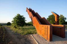 Cet escalier en métal qui tient sans support a été conçu par Close to bone pour remplacer une tour d'observation en bois qui avait été incendié. La tour Voolyberg se situe sur la commune de Tielt-Winge en Belgique et permet aux visiteurs d'avoir une vue panoramique sur le paysage.