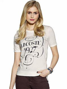 Shirt von LACOSTE mit 1/2-Arm und dezentem allover Lochmuster. Modisch hinten länger geschnitten. Figurbetonte Form, Länge in Gr. 38 ca. 68 cm. Obermaterial: 48% Baumwolle, 48% Modal, 4% Polyamid, waschbar...