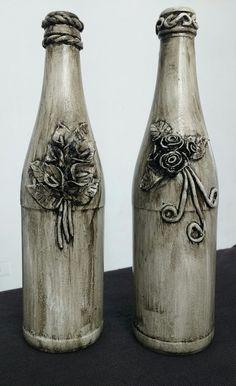 Garrafas com flores em epoxi e envelhecidas com betume