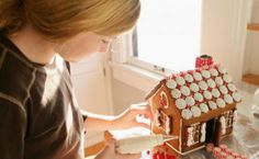 Las casitas de jengibre que los niños decoran en Navidad pueden comprarse con todo el material e ingredientes ya preparados en una caja, o puedes hacerlas tu mism@ en casa con tus hijos. Todo lo que necesitas es preparar una masa de galletas de jengibre, crear la forma de las paredes y el tejado y hornearlas …
