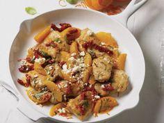 Hähnchenpfanne mit Clementinen, getrockneten Tomaten und Basilikum ist ein Rezept mit frischen Zutaten aus der Kategorie Hähnchen. Probieren Sie dieses und weitere Rezepte von EAT SMARTER!