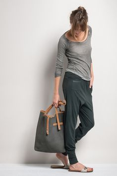 Minimal fashion ultra casual neutral outfit pantaloni da jogging, moda in g Mode Outfits, Casual Outfits, Fashion Outfits, Womens Fashion, Looks Style, Casual Looks, Mode Cool, Mode Inspiration, Fashion Inspiration