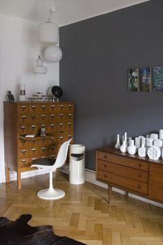 szare ściany,brązowe meble,białe dekoracje,brązowa komoda