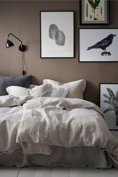 5 evocative bedrooms - BoligciousBoligcious 5 evocative bedrooms - BoligciousBoligcious Bedroom in green hue Home affair Upholstery bed Timmy Home affairHome affair Homemade bedside table # bedr. Bedroom Wall Colors, Blue Bedroom, Home Decor Bedroom, Diy Room Decor, New Room, Arduino, Room Inspiration, Decoration, Myrtle