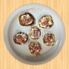 Hummm... Olha a dica de lanchinho que o Puro Bem trouxe pra você! Mini pizza! Massa: Couve-flor cozida processada com clara de ovos, um pouquinho de fermento e tempero! Recheio: Queijo minas, presunto light e orégano! Delícia! #food #foodporn #yum #instafood #TagsForLikes #yummy #amazing #instagood #photooftheday #dinner #lunch #breakfast #fresh #tasty #food #delish #delicious #eating #foodpic #foodpics #eat #hungry #foodgasm #hot #foods #recipe #receita #qualidadedevida #reeducacaoalimentar
