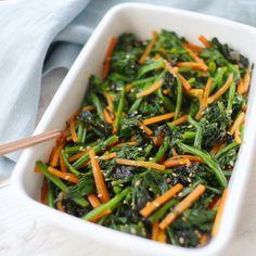 「ほうれん草とにんじんの韓国海苔ナムル」のレシピと作り方をご紹介します。いつものナムルが大変身!韓国海苔の香ばしいかおりと旨味でやみつきになること間違いなしの作り置きおかずです。ご飯にのっけてビビンバ風にアレンジするのもおすすめ♪