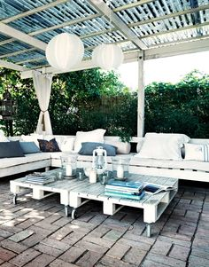Love to have an outdoor patio like this someday when I have my own home. Perfect for curling up and reading a book with some iced tea.