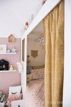 Gemütliches DIY Kojenbett im Kinderzimmer in den Trendfarben Altrosa und Senfgelb