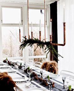 Una manera distinta y muy creativa de presentar la mesa esta Navidad, incorporando tonalidades neutras y cobre. ¿Te gusta?