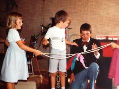 Goochelshow op een kinderverjaardag. De goocheltruc met twee touwen en drie doekjes waarbij drie kinderen uit het publiek mogen helpen. De doekjes worden vastgeknoopt aan het touw en worden op een magische wijze bevrijd.