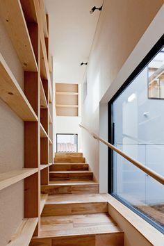 ペットに優しい緩い階段は,中庭に面していて,愛犬目線の窓が設けられていて、階段からも家全体が見渡せる様になっている.この写真「ペットが昇りやすい階段」はfeve casa の参加建築家「米村和夫/(株)米村和夫建築アトリエ」が設計した「愛犬目線でつくる家/まわる家」写真です。「モダン」に関連する写真です。「ペットと暮...