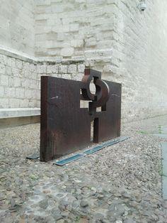 """Escultura de Eduardo Chillida a Jorge Guillén. Instalada 1982 en la calle Cadenas de San Gregorio. En ella puede leerse un verso de Jorge Gillén """"lo profundo es el aire"""""""