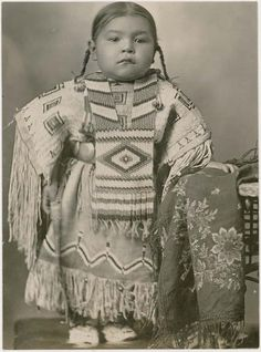 ☆ Cheyenne girl wearing an elaborate beaded dress and breastplate, Oklahoma :¦: Native by Design :¦: American Craft Council ☆ Native American Children, Native American Beauty, Native American Photos, Native American History, American Indians, American Symbols, American Baby, Kopf Tattoo, Native Indian