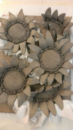 Clay Art Projects, Ceramics Projects, Ceramic Flowers, Clay Flowers, Ceramic Pottery, Ceramic Art, Keramik Design, Pottery Handbuilding, Hand Built Pottery
