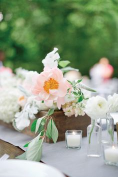 peony centerpiece in a wooden box | Harwell Photography #wedding