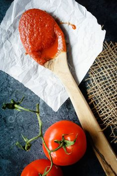 Homemade Pizza Sauce - 8 ingredients, 5 minutes and a blender is all you need to make this easy and amazing homemade pizza sauce! You'll never have to buy it again!
