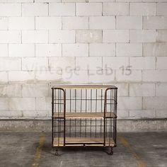 Stock Trolley medium vintage Specificaties  Hoogte:92 cm Breedte: 90 cm Diepte  55 cm materiaal: staal met planken van mangohout