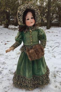 Velveteen coat and fur muff. Should have velvet or fur trim on hem, not lace. Victorian Dolls, Antique Dolls, Victorian Dollhouse, Doll Painting, Sewing Dolls, Vintage Paper Dolls, Bisque Doll, Old Dolls, Baby Dolls
