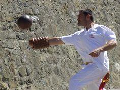 Pallone Grosso col Bracciale: la partita del Pallone col bracciale è giocata tra due squadre composte da tre giocatori: battitore, spalla, terzino e da un quarto uomo, detto mandarino. Al primo spetta il compito di iniziare il gioco con la battuta della palla che gli viene lanciata dal mandarino. Il pallone è toccato da una parte qualsiasi del corpo e dagli indumenti del giocatore; il giocatore, nell'atto di colpire il pallone, tocca il terreno col bracciale.