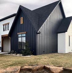 Black House Exterior, Exterior House Colors, Exterior Homes, Black Windows Exterior, Exterior House Siding, Building Exterior, Modern Farmhouse Exterior, Modern Farmhouse Style, Farmhouse Decor