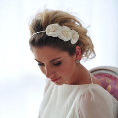Tiara para noivas com camélias de cetim feitas à mão, perfeita para penteados de cabelo meio solto ou coques, R$210,00.