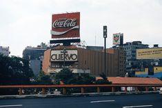 """El Cine Insurgentes, ubicado en Insurgentes y Génova, anuncia la cinta """"Superman"""" en una fotografía de finales de los años setenta. Esta sala fue inaugurada en 1941, y fue recortada con el trazo de la glorieta del Metro; hoy este inmueble se encuentra parcialmente abandonado.  Imagen: Col. Podoboq"""