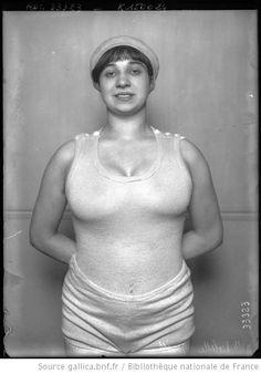 Melle Violette Moriss [i.e. Morris, portrait en tenue de sports légère] : [photographie de presse] / [Agence Rol]