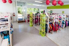 Uudenlaisella kirpputorilla kaikki vaatteet on järjestetty siististi koottain ja kaikkia kokoja 50-170cm löytyy aina, kiitos monipuolisten myyntipalvelujen.