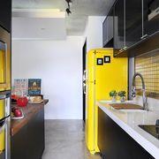 Quarto de casal com quadros de Quarto de IBD Arquitetura - Viva Decora