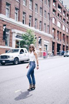 Jill Lansky está buscando super lindo en una camiseta sin mangas con cuello de punto y un par de pantalones vaqueros estilo años cincuenta.  Este equipo es simple pero elegante, y se ven muy bien desgastado con un par de botines de gamuza y algunos tonos clásicos!  Arriba: Aritzia, Jeans: Los ciudadanos de la Humanidad.