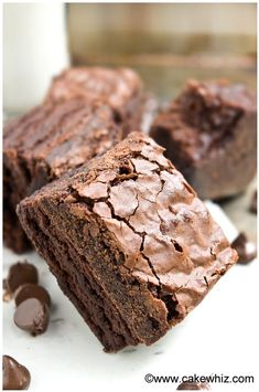Learn the tips and tricks for making the best fudgy brownies with crackly tops. These rich & dense brownies have a shiny crispy top that's worth the effort! Fudge Brownies, Kakao Brownies, Beste Brownies, Homemade Brownies, Brownie Cake, Chocolate Brownies, Best Chocolate Brownie Recipe, Brownie Recipes, Köstliche Desserts