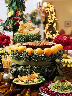 Spice Up Serving Platters:   Simple serving dishes become dazzling displays when you outline them with holiday greenery and fruit. Bind the greenery in place with twine or wire concealed by holiday ribbon. Christmas Tablescapes, Christmas Decorations, Holiday Tablescape, Christmas Buffet, Christmas Appetizers, Brunch Mesa, Food Porn, Party Buffet, Buffet Tables