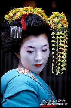 Another Maiko: look at her makeup.