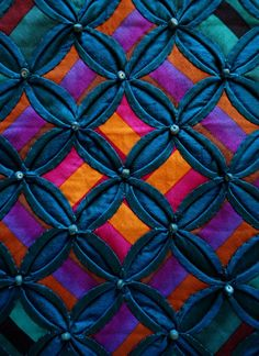 Silk cathedral windows silk quilt by Annabel Rainbow (UK), close up photo by Kameleon Quilt (Norway).
