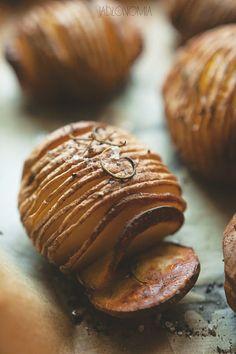 Przepis na ziemniaki Hasselback pochodzi ze Szwecji, gdzie ponad 200 lat temu w restauracji Hasselbacken po raz pierwszy podano cienko ponacinane, pieczone ziemniaki. Od tamtego czasu przepis na chrupiące ziemniaki obiegł niemal cały świat i serw[...]