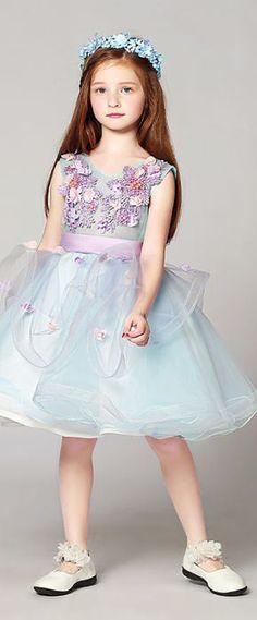 robe mariage enfant bleu orné de fleurs Girls Dresses, Flower Girl Dresses, Wedding Dresses, Flowers, Fashion, Flowergirl Dress, Dress Ideas, Bridal Gowns, Dresses For Girls