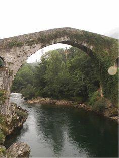 Cruz de la Victoria sobre el puente de Cangas